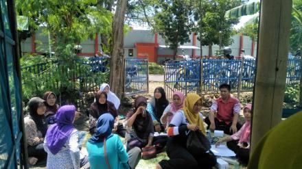 Gotong Royong dan Rapat Rutin Kelompok Wanita Tani Lestari Desa Bantul